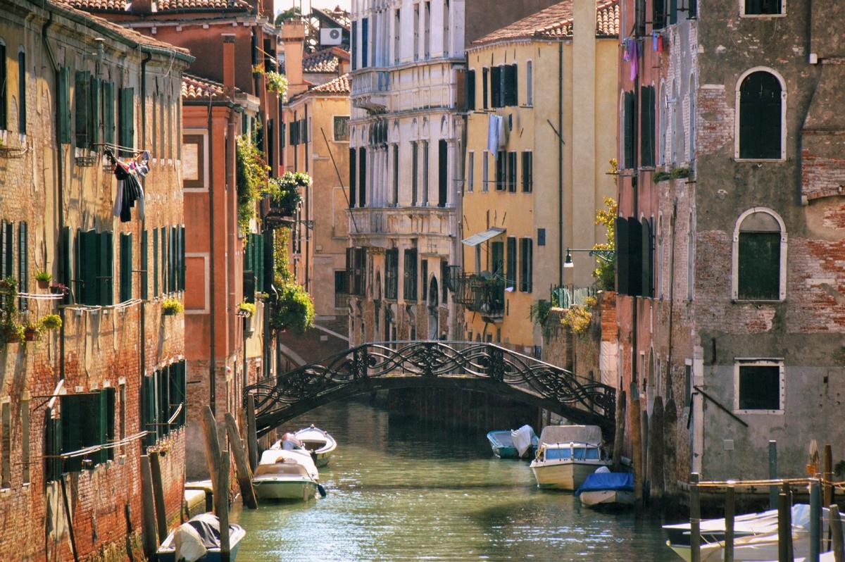 Kanal_und_Brücke_in_Venedig-Rozina_Dragomir
