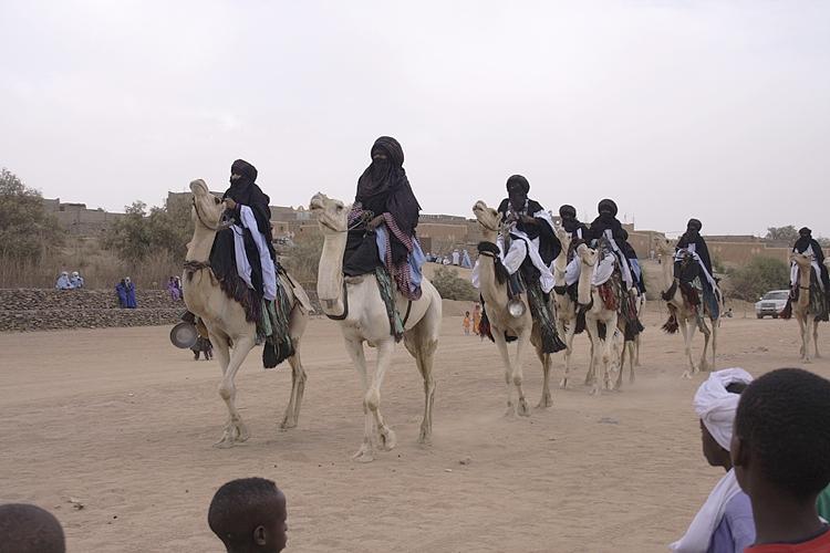 Algerien Ahaggar 06_Tazrouk_Tanzende_Kamele