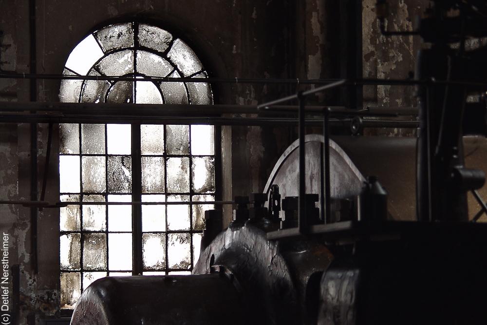 Fenster, Marode, Voelklinger Huette P8245796hell-Kontr-2x3